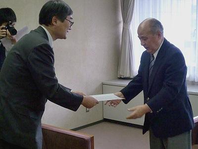 市長への申入書を手渡す堺代表