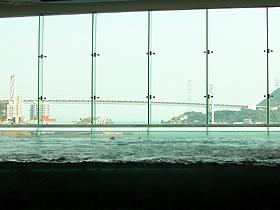 関門橋を背景にした「関門海峡潮流水槽」