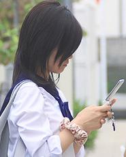 携帯をする女子高生