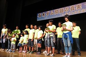 合唱する川原地区の住民たち=7月4日、長崎県佐世保市