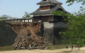 地震発生後の戌亥櫓の石垣